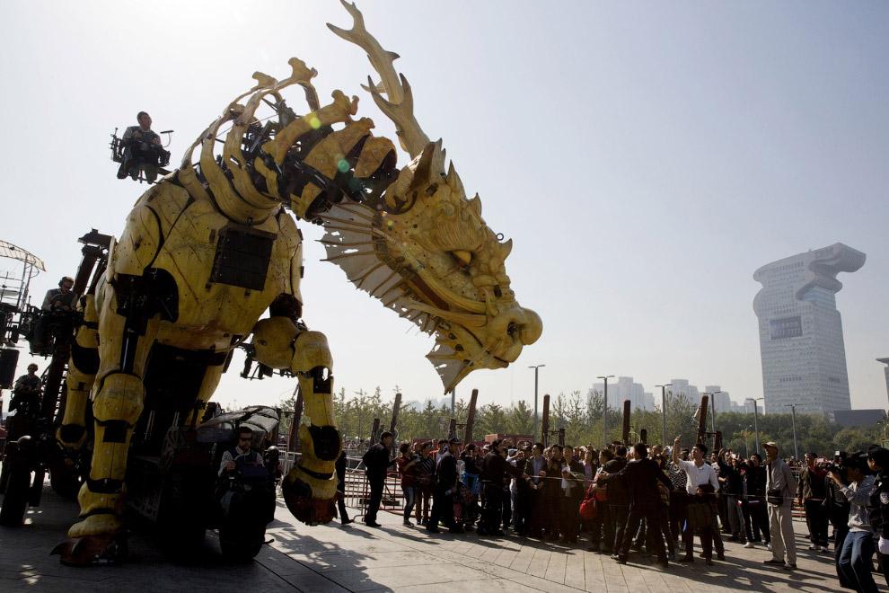 Дракон-лошадь изготовлен из дерева и стали