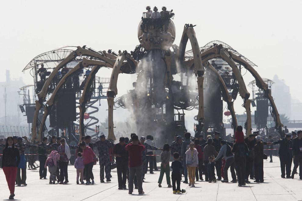 Механический паук Принцесса весит 37 тонн, им управляют до 12 человек