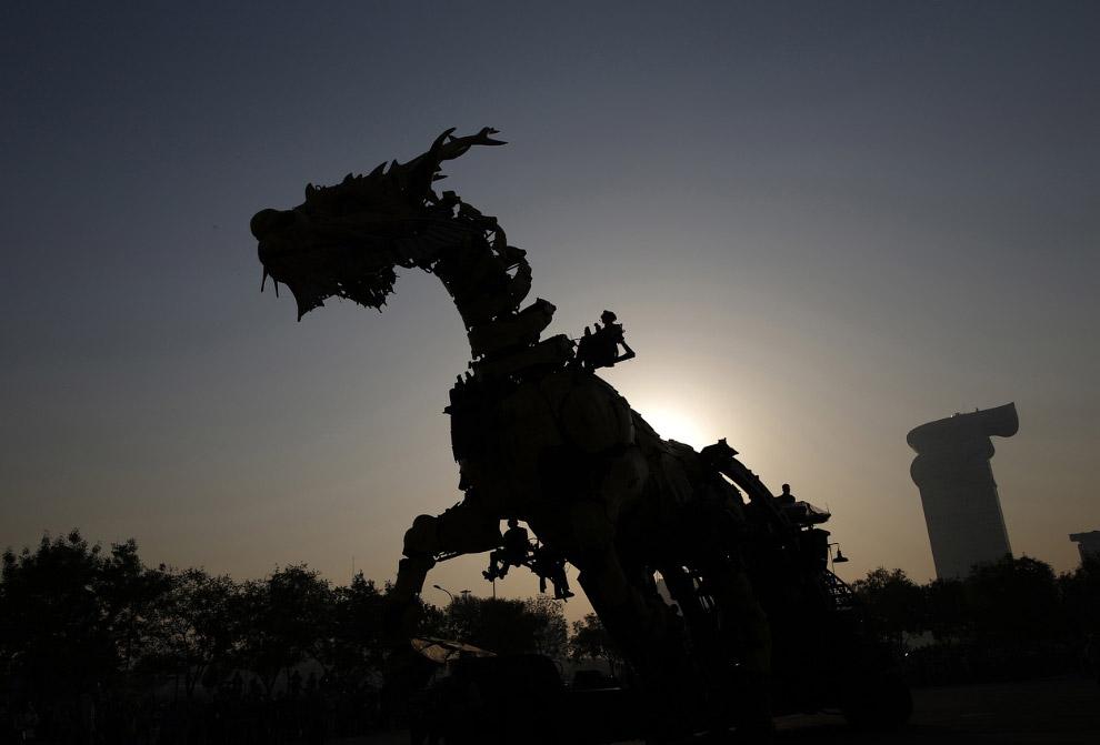 Силуэт 46-тонного дракона-лошади Лонг Ма, Пекин