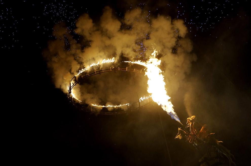 Представление с огненным кольцом и драконом-лошадью