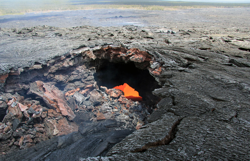 Мы продолжаем наблюдать за лавой на Гавайах, здесь виден горячий поток под поверхностью