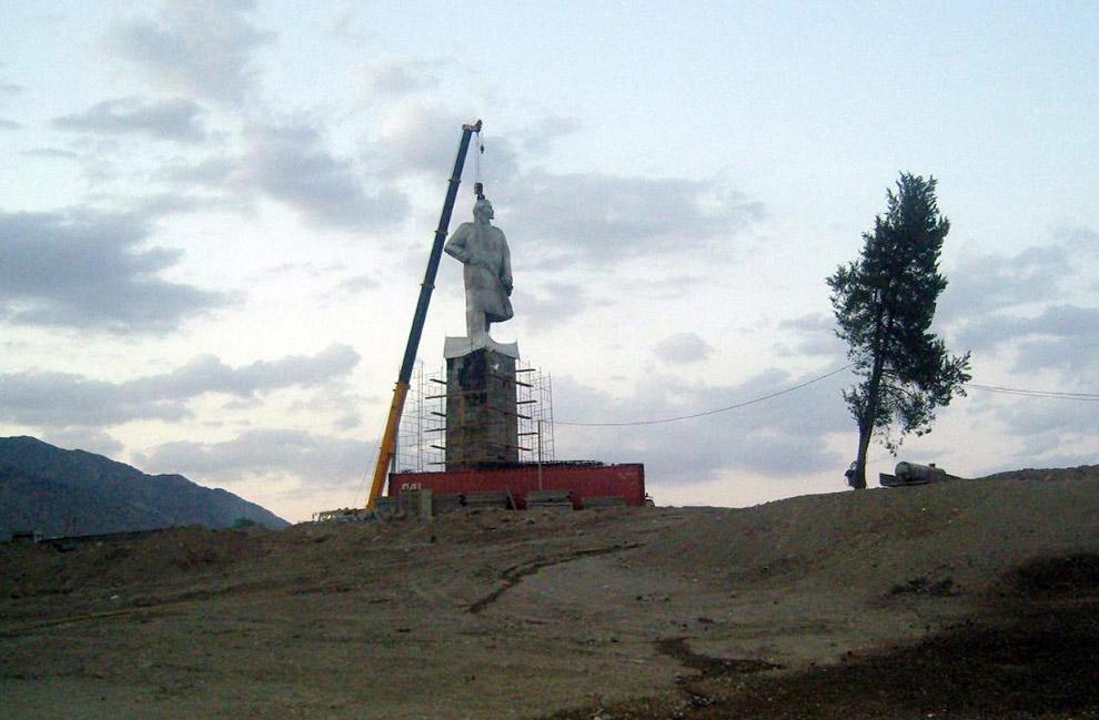 12,5 метровая статуя Ленину в городе Худжанд, Таджикистан