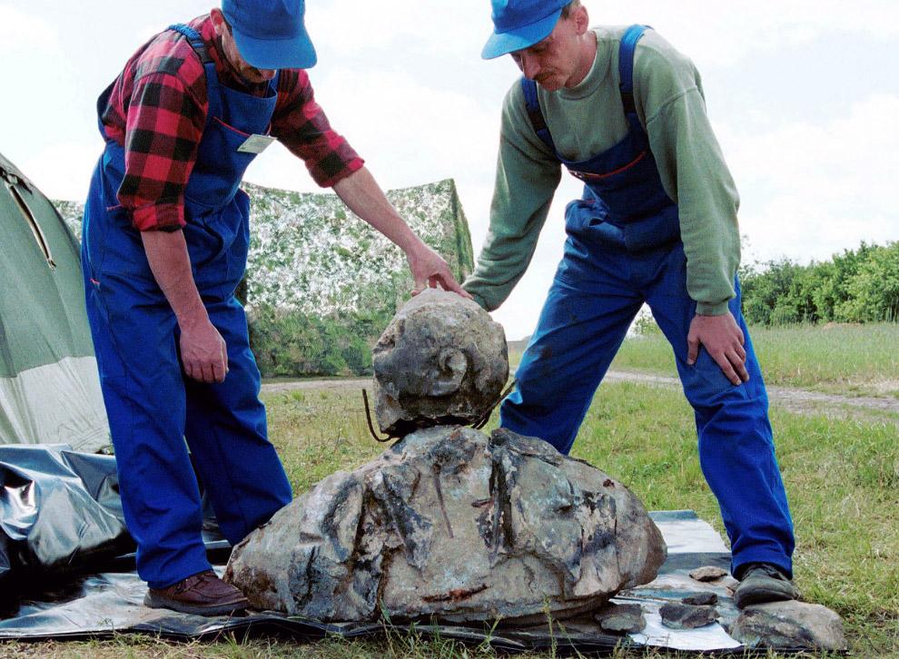 Работники пытаются собрать части статуи Ленину, найденные во время раскопок в еврейской братской могиле в Едвабне, Польша