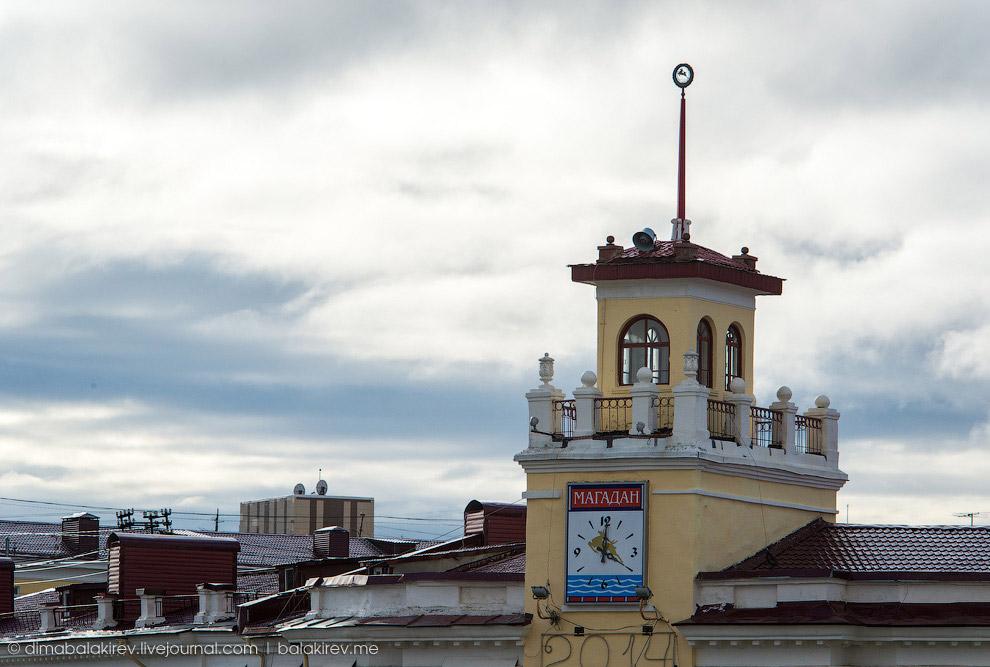 Здание с часами