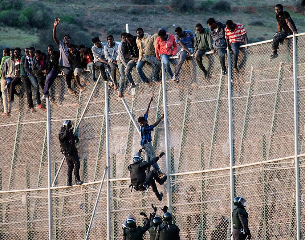 В этот день около 300 африканцев пытались прорваться в Европу