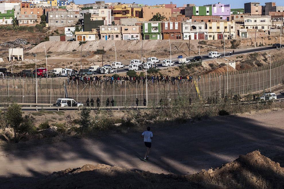 13 августа 2014 около 600 человек попытались преодолеть 6-метровый забор и попасть в Европу