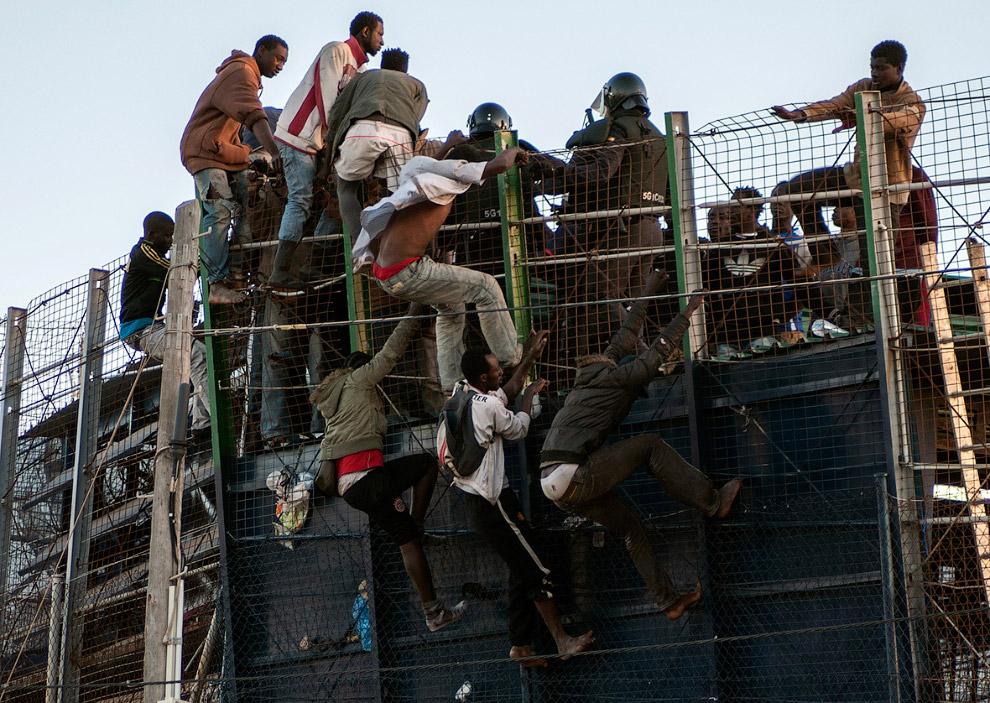 Около 100 африканцев прорвались через границу