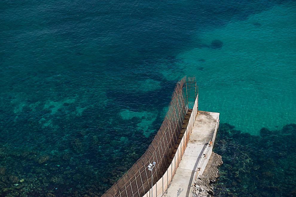 Граница между Марокко и испанским городом Мелилья заканчивается в море
