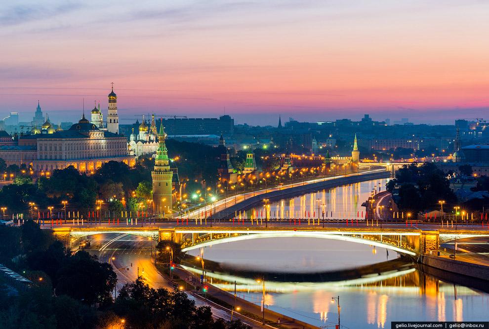 Кремлёвская набережная и Большой Каменный мост.