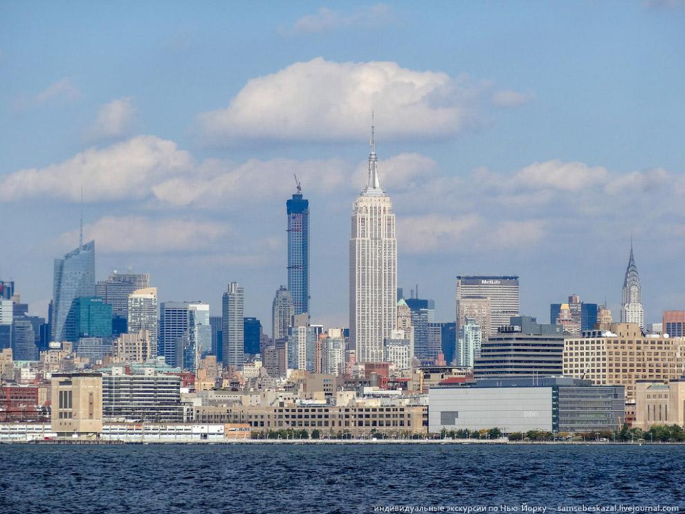 Строящийся небоскреб 432 Park Avenue, справа — Empire state building