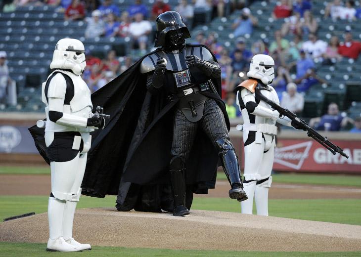Дарт Вейдер на открытии бейсбольный матча в Арлингтоне