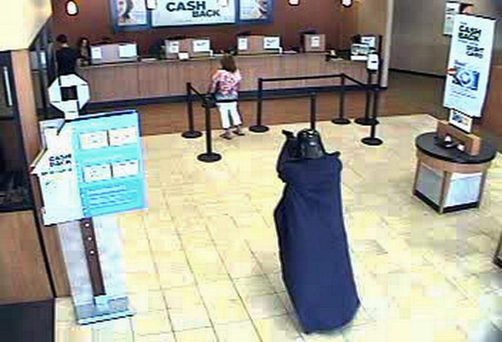 Человек в маске Дарта Вейдера грабит банк в Нью-Йорке