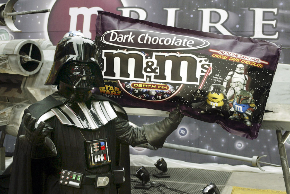 Представитель темных сил с темным шоколадом