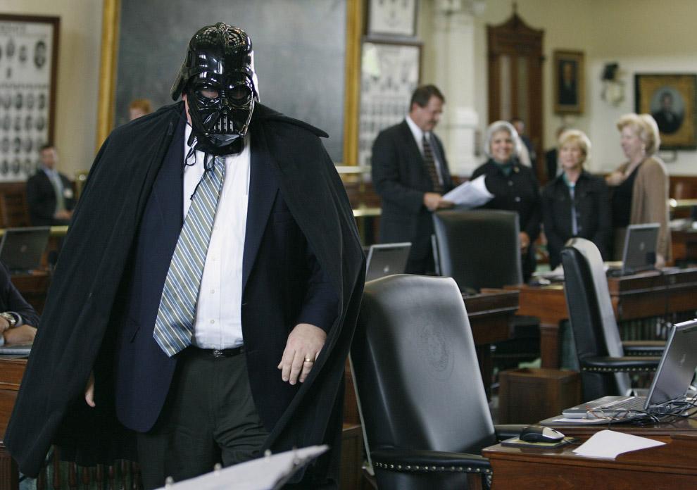 Сенатор Томми Уильямс в маске Дарта Вейдера, штат Техас