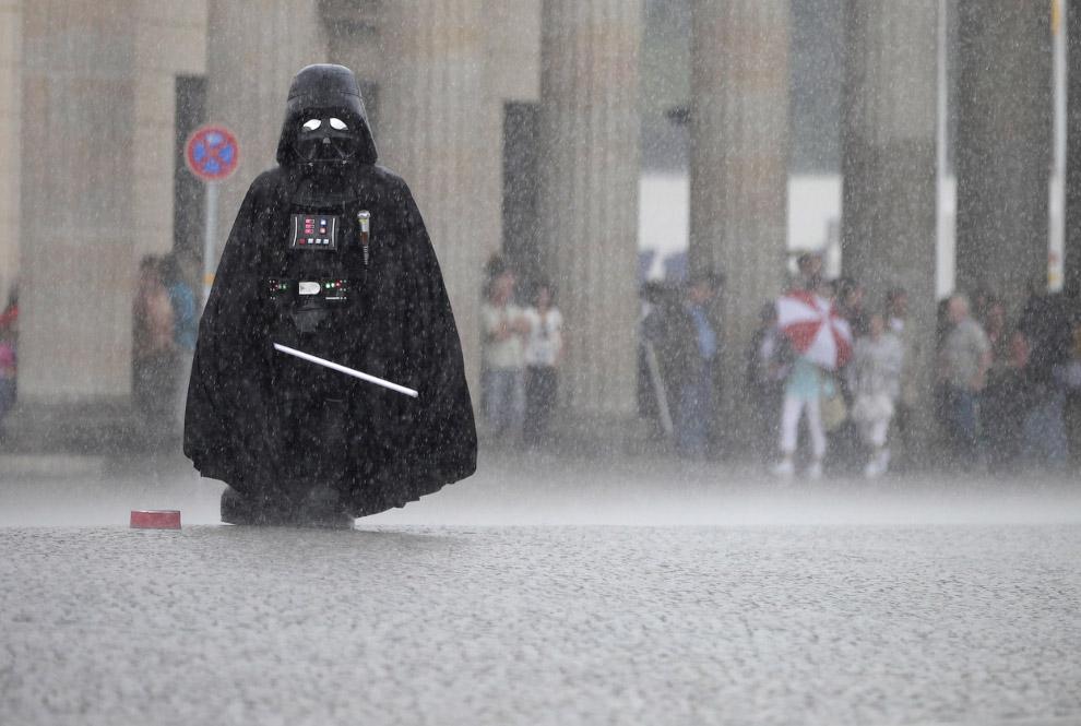 Дарт Вейдер во время грозы в Берлине