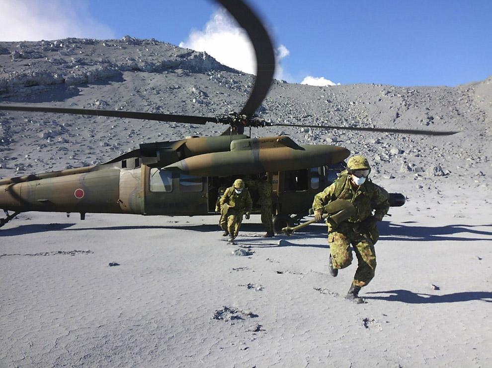 Солдаты ищут пропавших без вести на горе Онтакэ в Японии