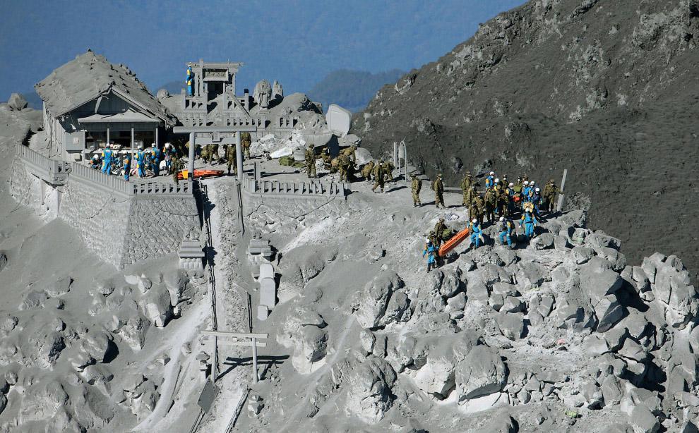 Спасательная операция около вершины вулкана Онтакэ в Японии