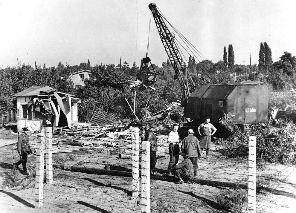 Вдоль границы сносили одиночные домики, октябрь 1961 года