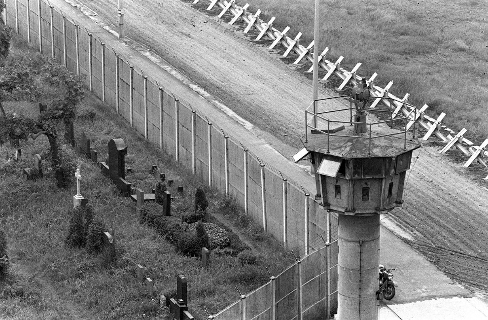 Вид с воздуха на Берлинcкую стену и будку пограничников, слева — кладбище