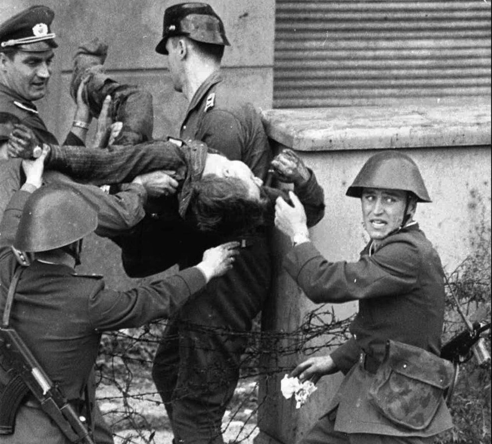 При попытке пересечь Берлинскую стену с 13 августа 1961 года по 9 ноября 1989 года документально подтверждено гибель 125 человек