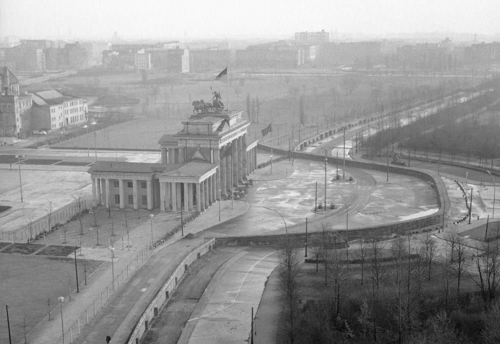 Бранденбургские ворота, где проходит Берлинская стена, разделяющая город на восточную и западную части