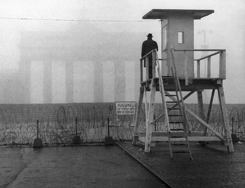 Бранденбургские ворота в тумане, Берлинская стена и человек на сторожевой вышке