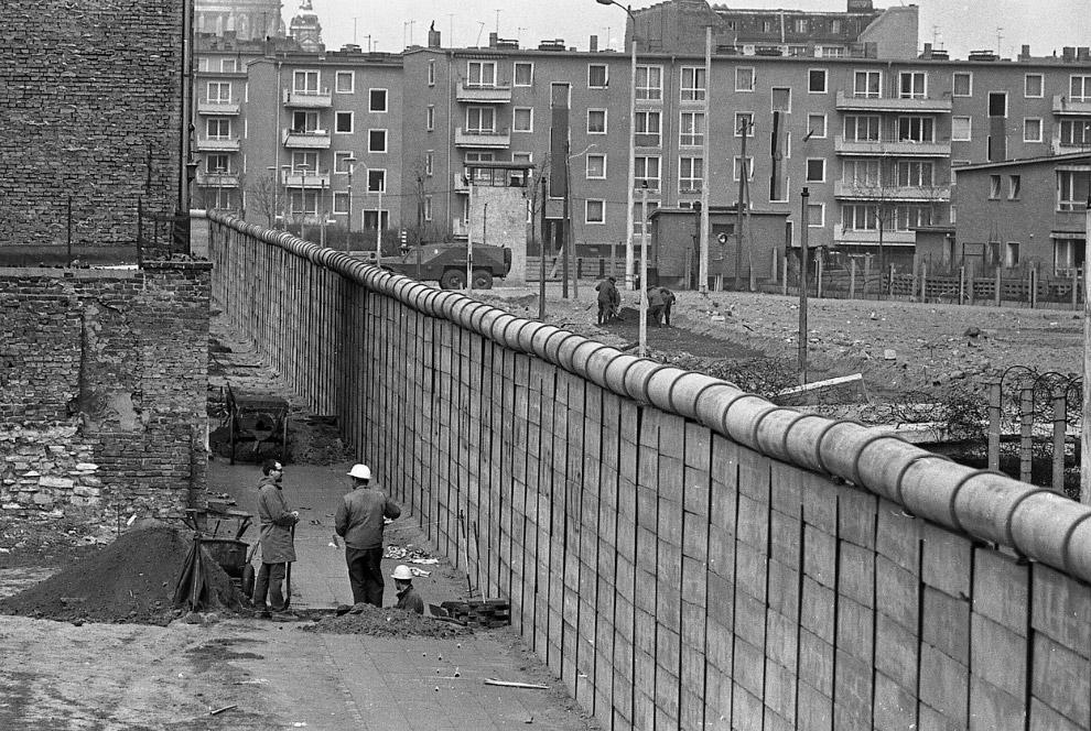 Западногерманские строители в Западном Берлине у стены