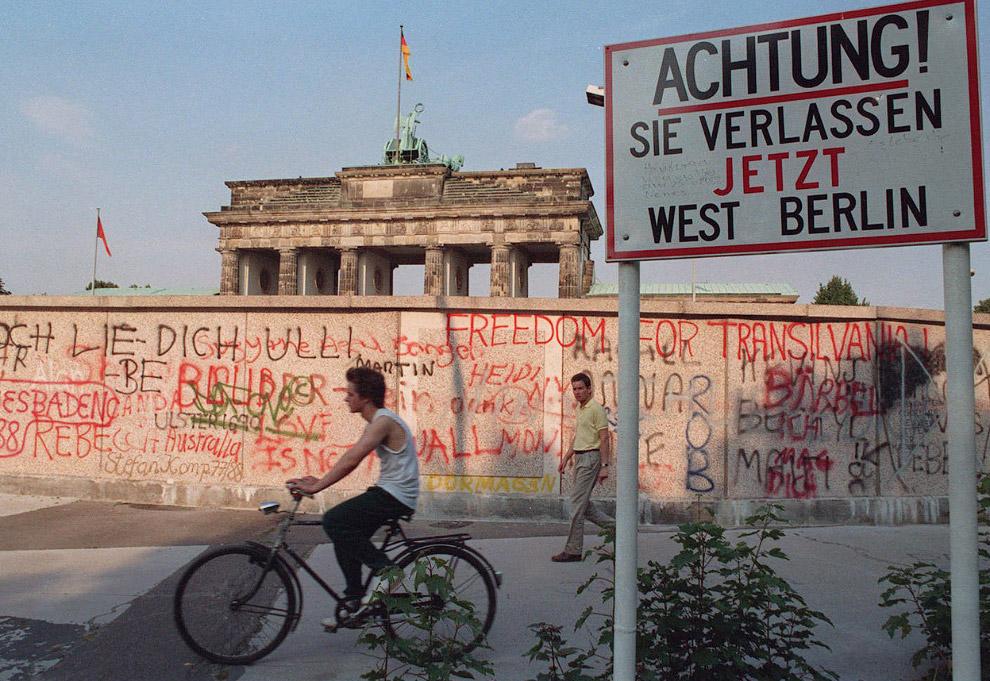 Граффити на Берлинской стене, которая заслоняет Бранденбургские ворота