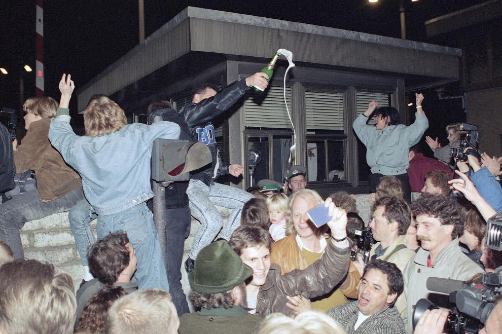 Встреча жителей Западной и Восточной частей Берлина
