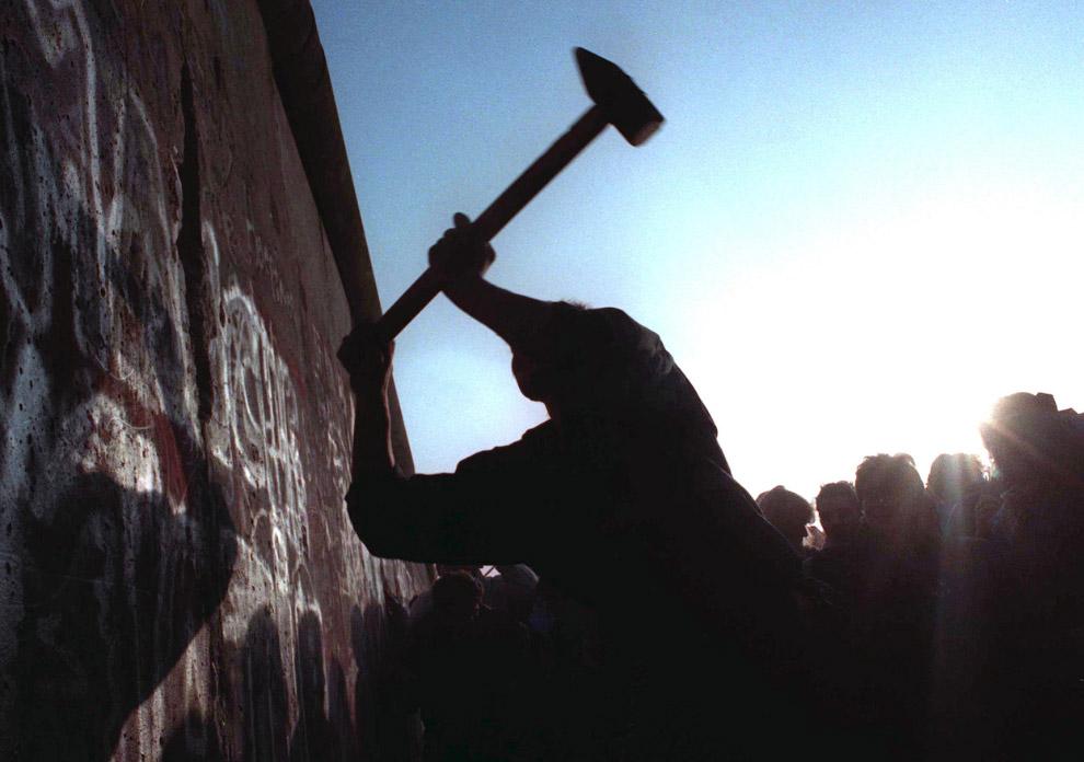Символическое разрушение Берлинской стены