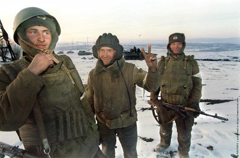 Российские солдаты ждут приказа в 20 километрах от чеченской границы 11 декабря 1994 года