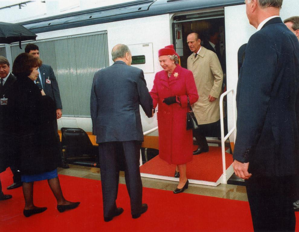 Британская королева отправляется на поезде Евростар в Париж