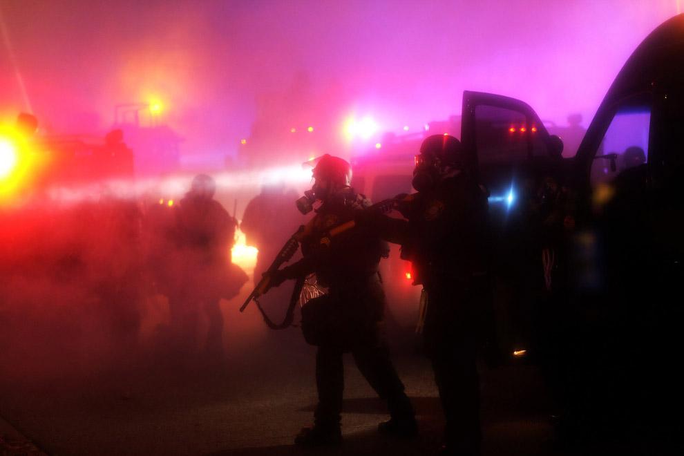 Полицейские в противогазах, которые там очень актуальны