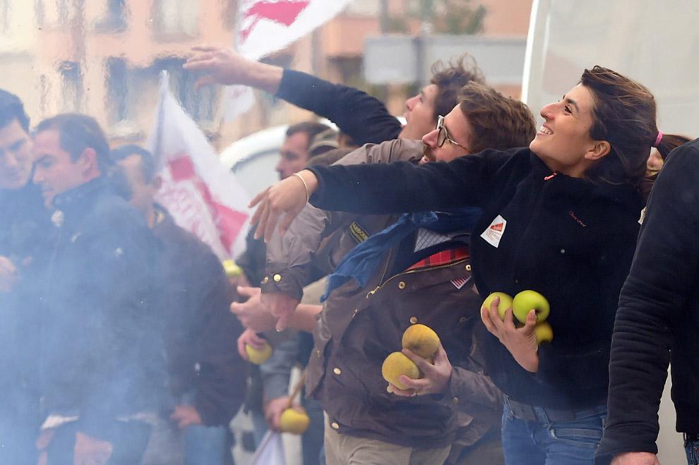 Забрасывание яблоками ОМОНа