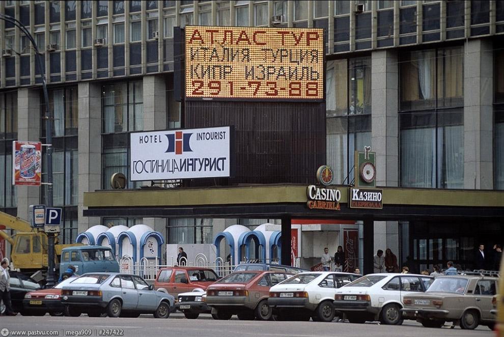 Выходим из гостиницы и идем гулять по Тверской