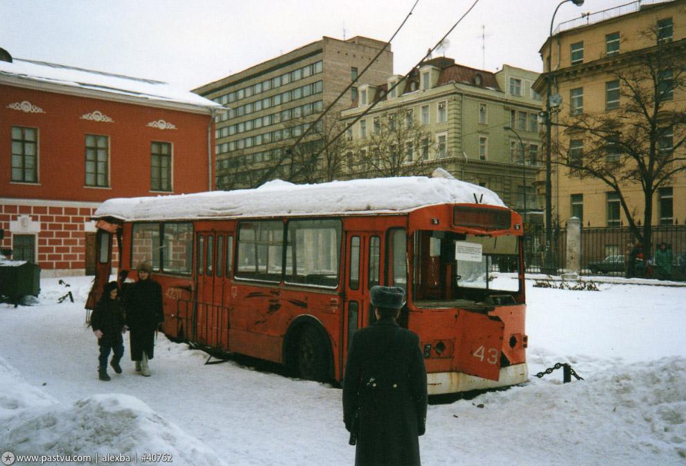 На территории Музея революции стоит троллейбус, который разгромили во время путча 91 года