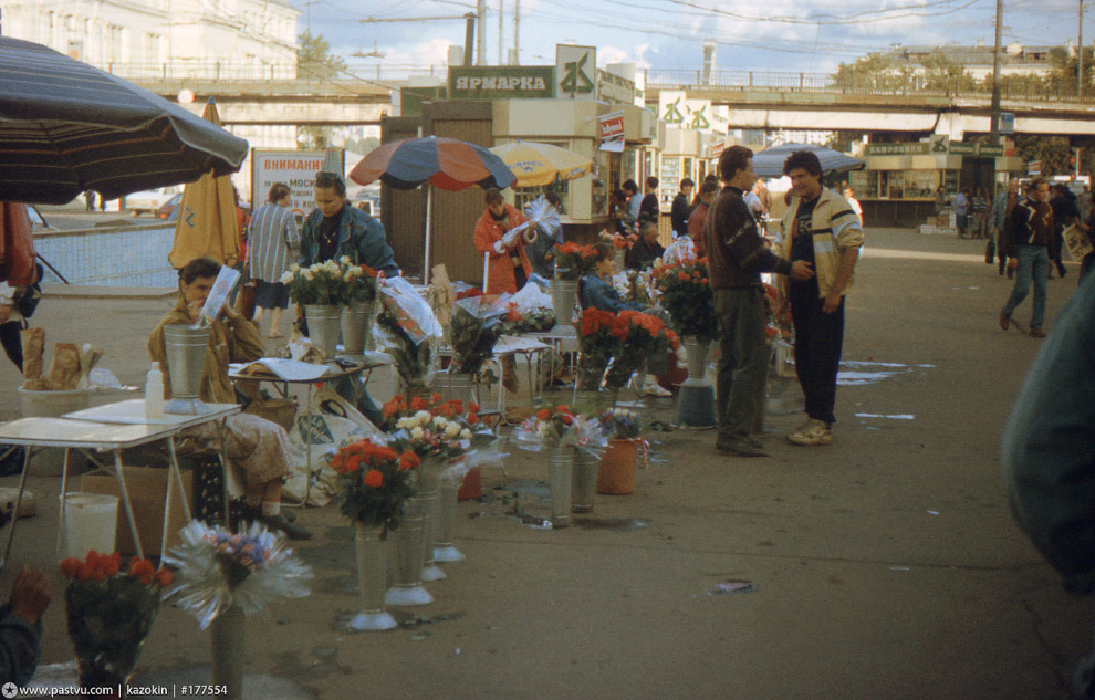 У метро Парк Культуры продают цветы