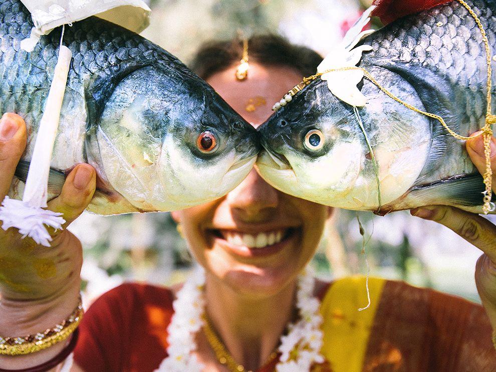На традиционной свадебной церемонии на восточном побережье Индии