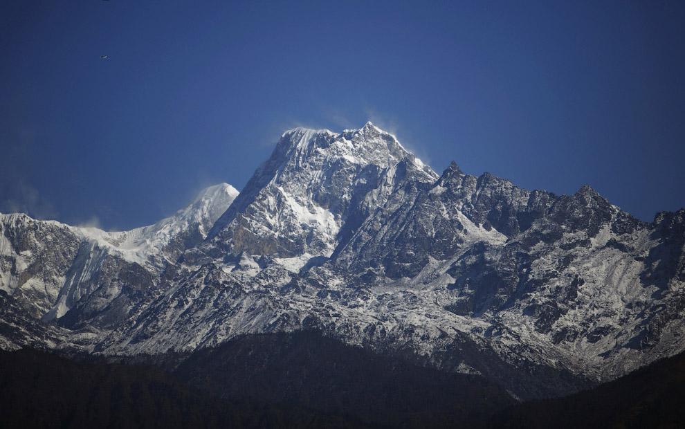 На территории страны снегами покрыто свыше 1300 горных вершин