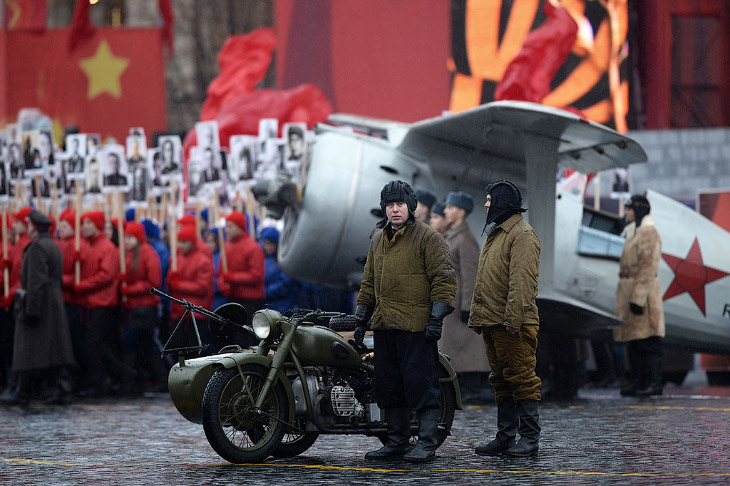 Марш на Красной площади в честь парада 7 ноября 1941 года