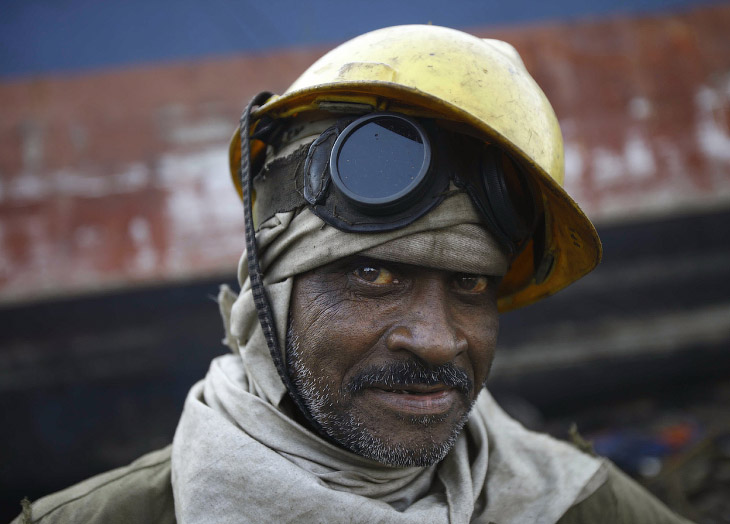 Портрет индийского работяги, который разбирает старые корабли на части