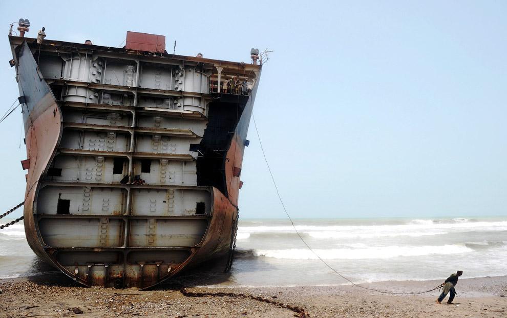 Идут работы по удалению обшивки корабля