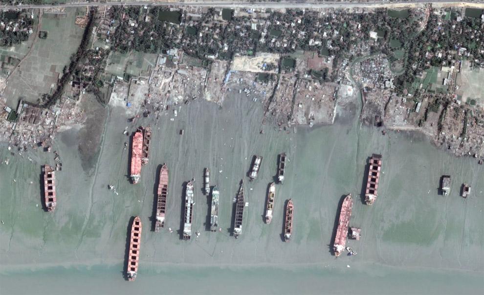 А это вид со спутника на кладбище кораблей в Читтагонге, Бангладеш