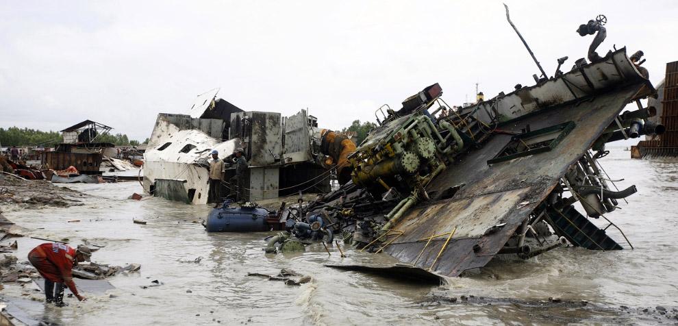 Утилизация кораблей в Читтагонге очень сильно загрязняет прибрежную зону длиной 20 км