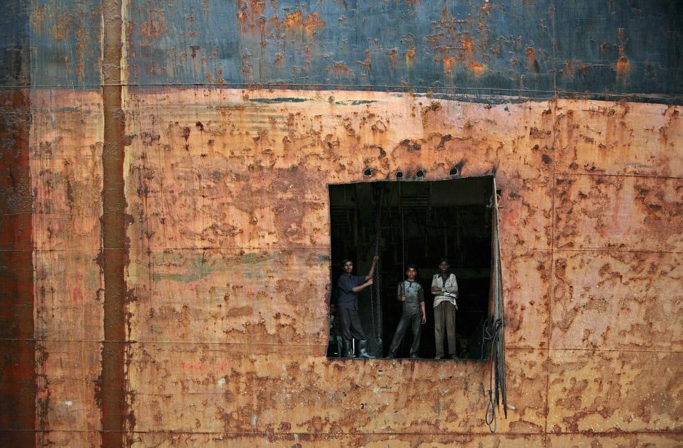 Портрет на фоне старого корабля в Читтагонге, Бангладеш