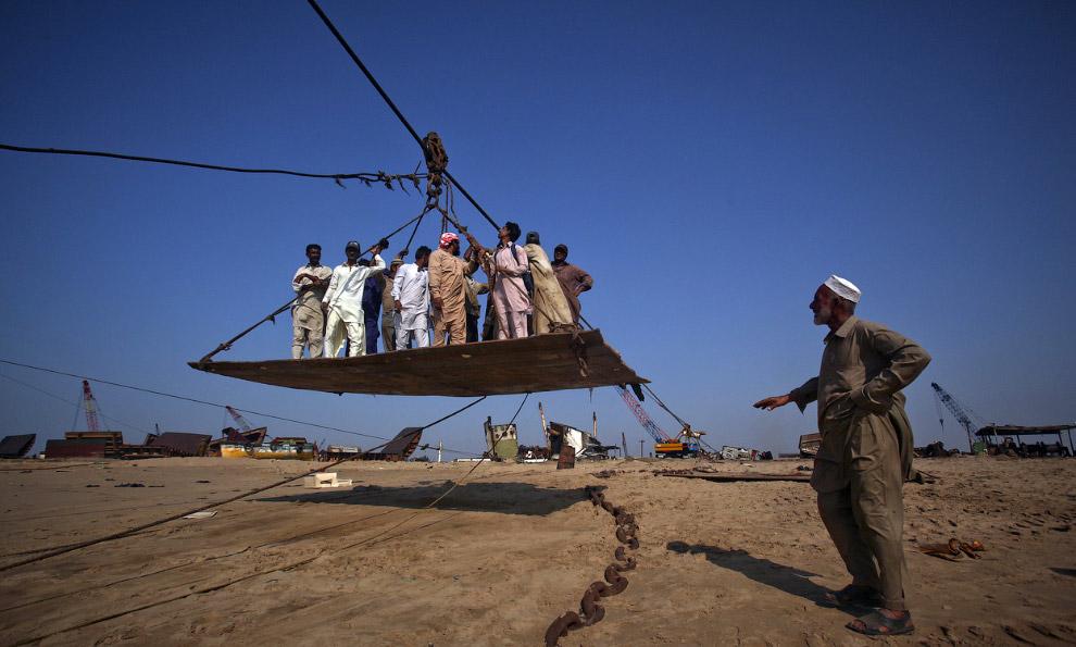 Рабочие сделали самодельную канатную дорогу, чтобы забираться наверх судна