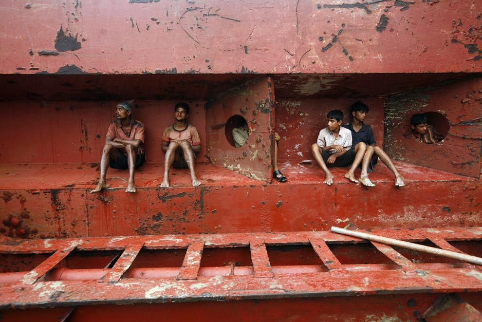 Рабочие на старом корабле в Читтагонге