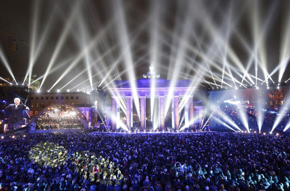 После взлета первых шаров на площади у Бранденбургских ворот начался концерт