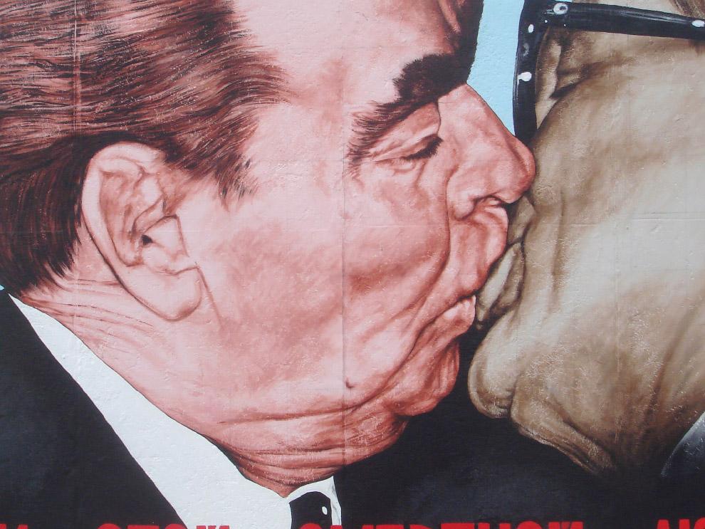 А одно из самых знаменитых граффити — работа российского художника Дмитрия Врубеля «Братский поцелуй» — изображающее поцелуй Брежнева и Хонеккера
