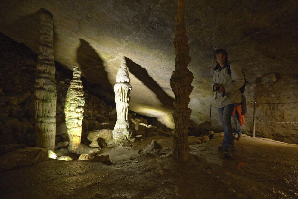 Сталагмиты в пещере на границе Франции и Швейцарии